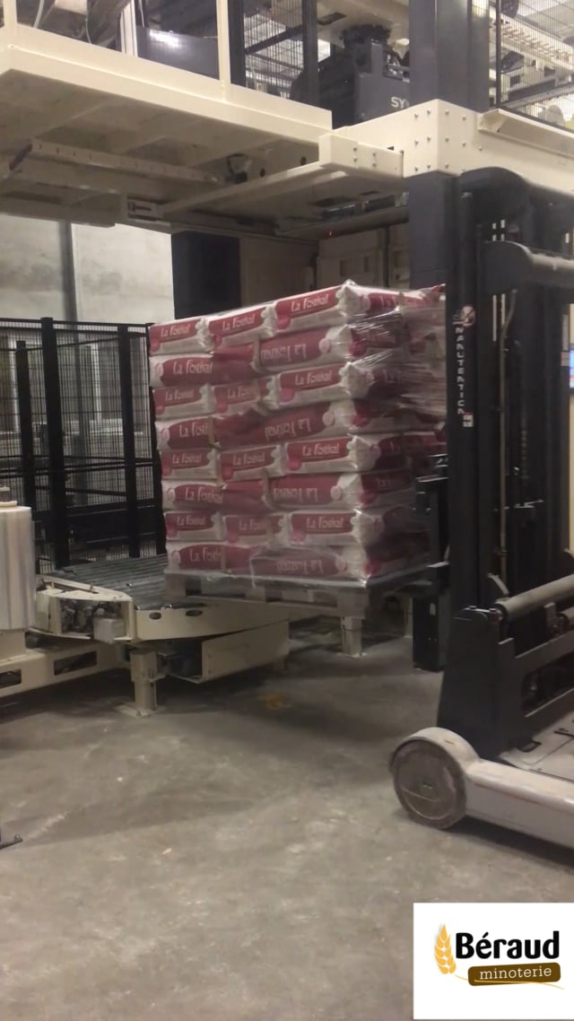 Palletizing and Pallet wrapping Flour bags